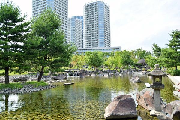 庭園中央の池